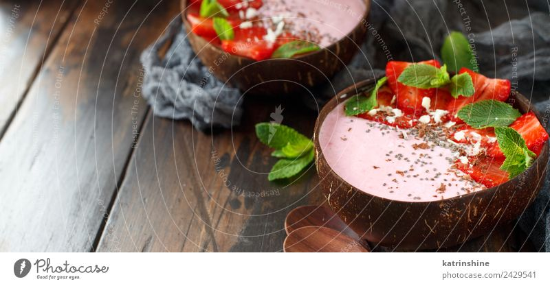 Erdbeer-Smoothie-Schalen Joghurt Frucht Dessert Ernährung Frühstück Vegetarische Ernährung Diät Schalen & Schüsseln Löffel Sommer dunkel frisch braun grün rosa