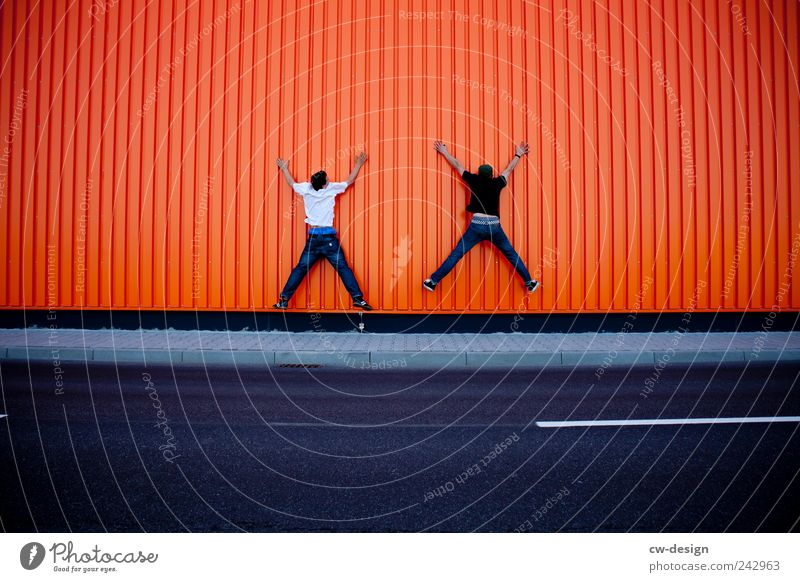 Orange County   The double X Mensch Mann Jugendliche Freude Haus Erwachsene Straße Wand Architektur springen Gebäude Mauer Freundschaft lustig orange Kindheit