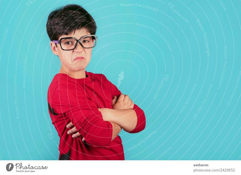 wütender Junge mit Brille Mensch maskulin Kind Kleinkind Kindheit 1 8-13 Jahre sprechen Fitness rebellisch trist Gefühle Traurigkeit Enttäuschung schuldig Scham