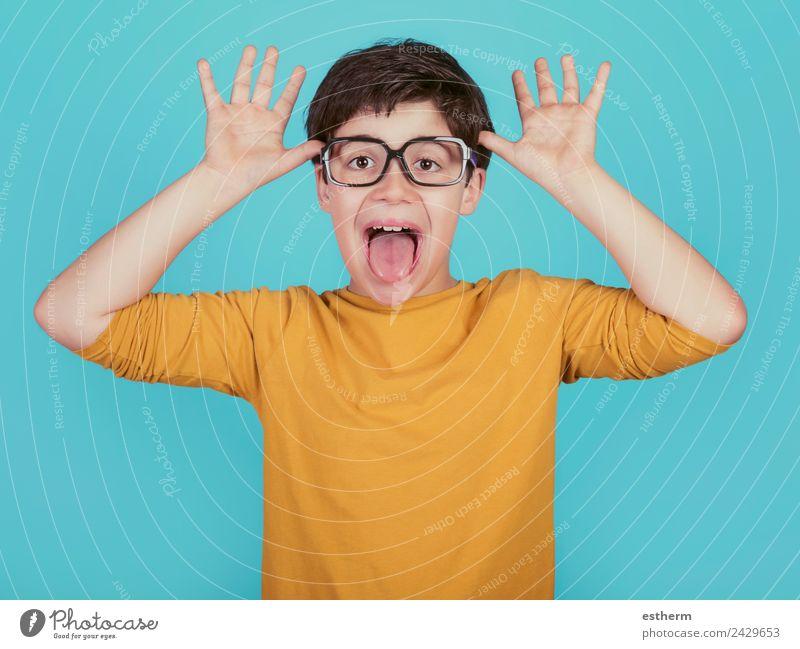 lustiger Junge mit Brille zeigt seine Zunge heraus. Lifestyle Freude Mensch maskulin Kind Kleinkind Kindheit 1 8-13 Jahre Fitness Lächeln Spielen Coolness