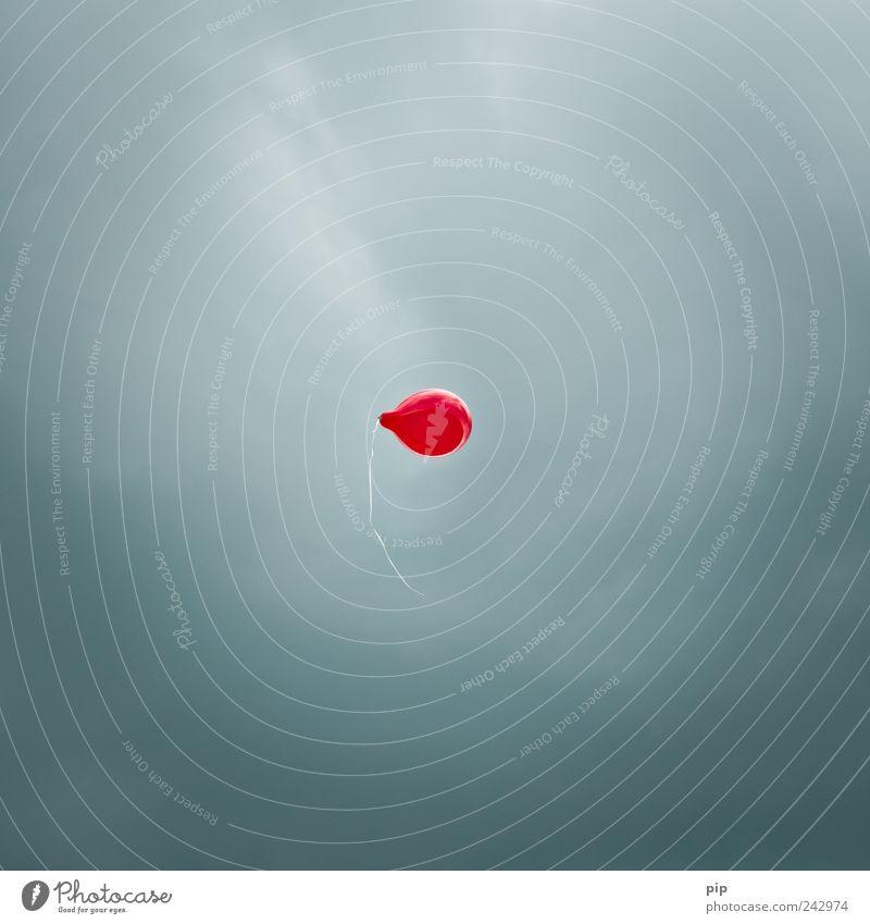 red dot Himmel rot oben Luft fliegen frei hoch Luftballon Schnur leicht aufsteigen einzeln loslassen schlechtes Wetter