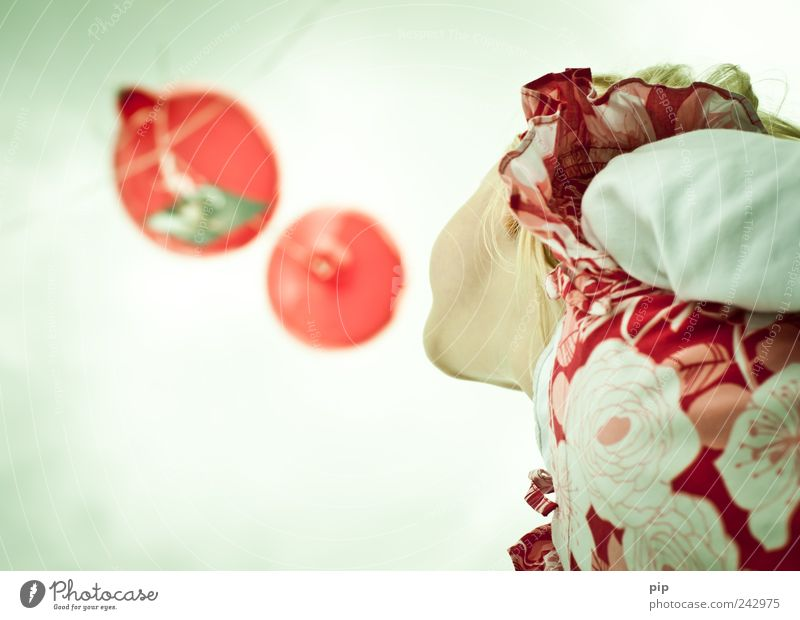 luftpost Mädchen Kopf Kinn 1 Mensch Himmel Luftballon Blick Spielen hoch oben rot Erwartung Kindheit Luftpost aufsteigen fliegen loslassen Farbfoto