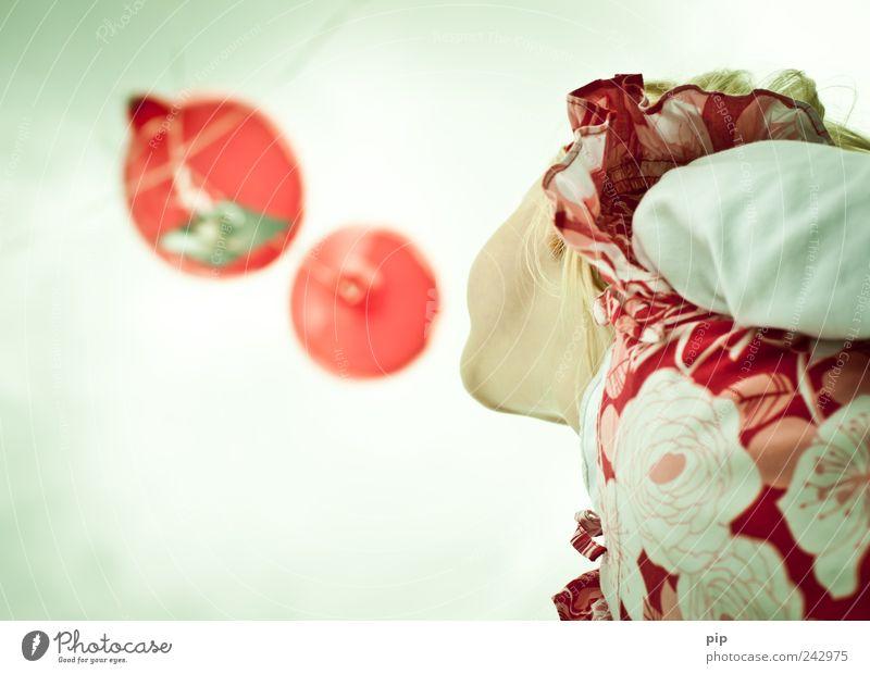 luftpost Mensch Himmel Mädchen rot Spielen oben Kopf Kindheit fliegen hoch Luftballon Erwartung aufsteigen Kinn loslassen