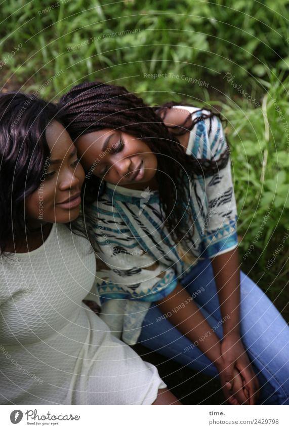 Idoresse und Romancia Frau Mensch schön Erholung Erwachsene Gefühle feminin Glück Zusammensein Freundschaft Zufriedenheit Park träumen sitzen Lebensfreude