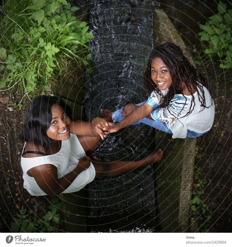 . Frau Mensch schön Wald Erwachsene Leben feminin lachen Zeit Zusammensein Freundschaft sitzen Fröhlichkeit Lebensfreude Freundlichkeit Neugier