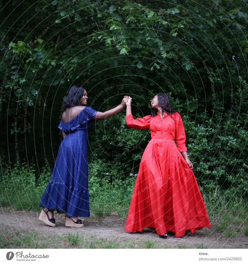 Idoresse und Romancia feminin Frau Erwachsene 1 Mensch Park Wald Kleid Damenschuhe schwarzhaarig brünett langhaarig Locken gehen lachen Blick stehen