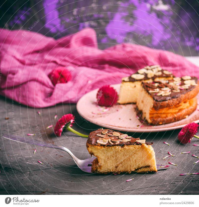 Blume schwarz Essen rosa frisch lecker Restaurant Dessert Teller Backwaren Scheibe Mittagessen Käse Bäckerei backen geschmackvoll