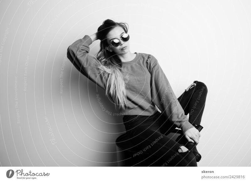 modisches Mädchen in schwarzer Brille, das auf einem Eisenfass sitzt. feminin Junge Frau Jugendliche Erwachsene Haare & Frisuren Gesicht 1 Mensch 18-30 Jahre