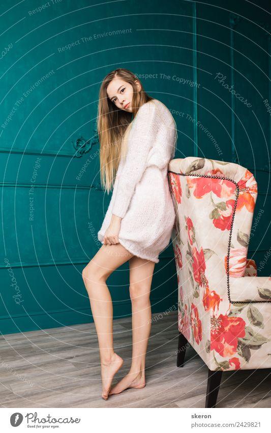 schlankes Mädchen mit langen Haaren steht neben einem alten Stuhl. feminin Junge Frau Jugendliche Erwachsene 1 Mensch 18-30 Jahre Haus Traumhaus Pullover