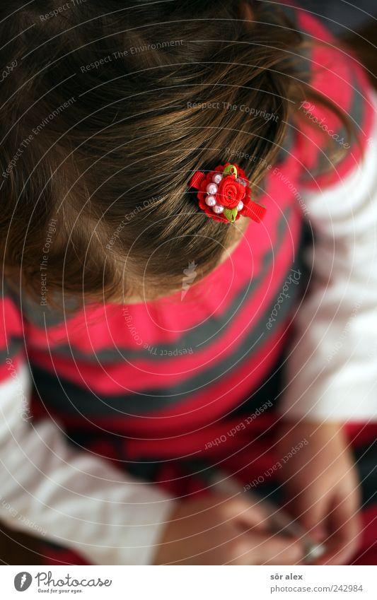 Kuli auf Kleid Mensch Kind Hand schön Mädchen Kopf Haare & Frisuren Stil Kindheit blond rosa Arme Bekleidung T-Shirt Kleid Konzentration