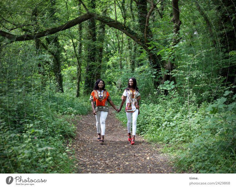 Idoresse und Romancia Frau Mensch schön Wald Erwachsene Leben Wege & Pfade feminin Bewegung Zusammensein Freundschaft gehen Kommunizieren Lebensfreude