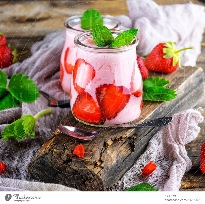 Smoothies von frischen Erdbeeren Joghurt Milcherzeugnisse Frucht Dessert Frühstück Diät Getränk Erfrischungsgetränk Löffel Tisch Holz Essen dunkel saftig grün