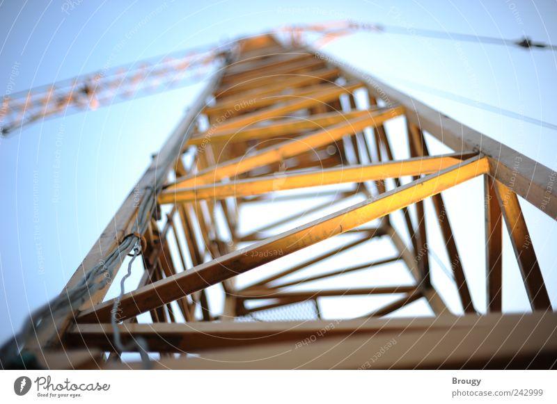 Kran auf einer Baustelle von unten mit Unschärfe Handwerker Wirtschaft Industrie Technik & Technologie Hochhaus Gebäude Konstruktion Vorfreude Kraft Beginn