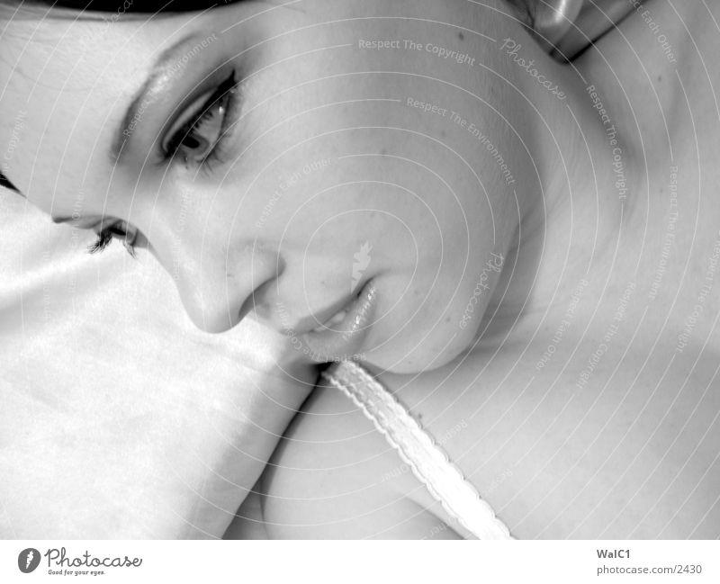 Tagtraum 01 Frau Unterwäsche lasziv schwarz weiß Porträt Bett Polster Wäsche Dame Schwarzweißfoto Erotik. erotisch Dekolltee Hals Gesicht Blick Haare & Frisuren