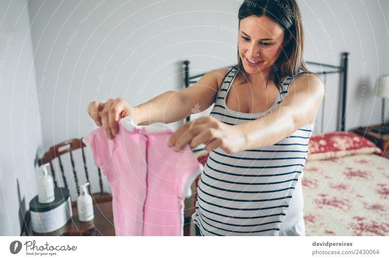 Schwanger aussehendes Babymädchenkleid Lifestyle Glück schön Leben Schlafzimmer Mensch Frau Erwachsene Mutter Bekleidung Hemd Lächeln Liebe authentisch