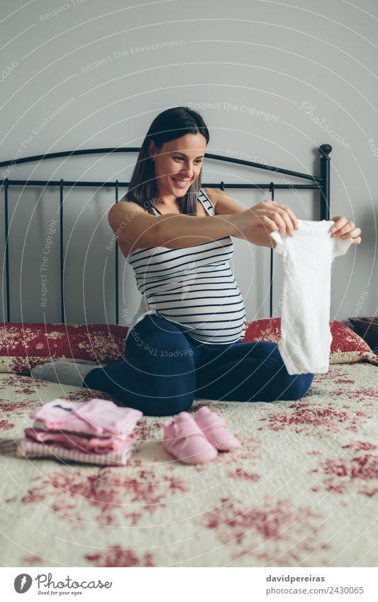 Frau Mensch schön Erwachsene Lifestyle Liebe Glück rosa Körper sitzen Schuhe Lächeln authentisch Baby Bekleidung niedlich