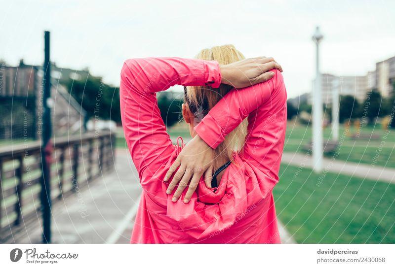 Nicht erkennbare Frau, die die Arme streckt, bevor sie im Freien trainiert. Lifestyle Sport Joggen Rennbahn Mensch Erwachsene Hand Straße blond Zopf Linie