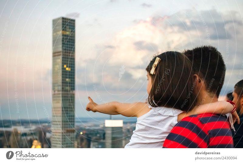 Unbekannter Mann mit kleinem Mädchen vor der Skyline von Manhattan, New York City Ferien & Urlaub & Reisen Tourismus Sightseeing Frau Erwachsene Finger Erde