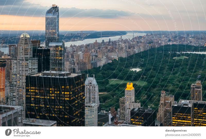 Luftaufnahme des Central Park bei Einbruch der Dunkelheit in Manhattan, New York City Erholung Ferien & Urlaub & Reisen Tourismus Sightseeing Sommer Landschaft