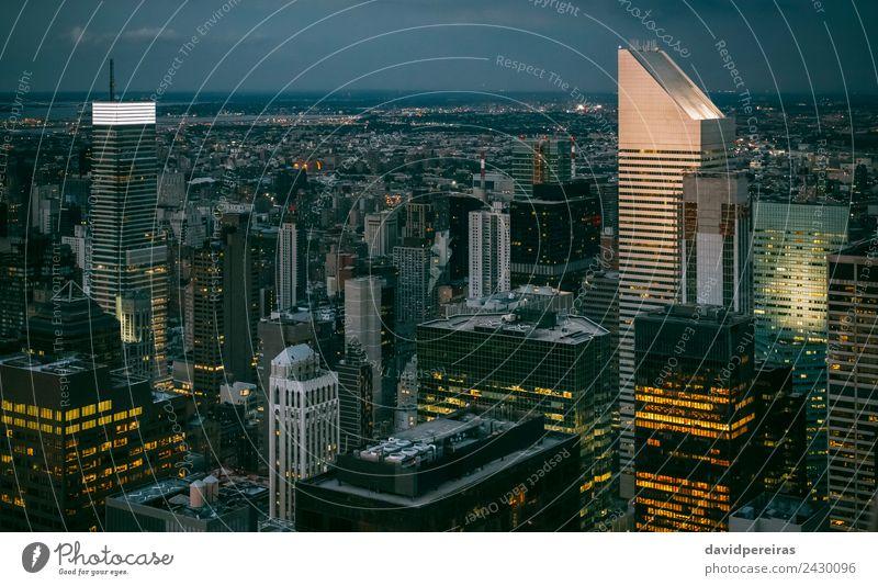 Skyline von Manhattan bei Nacht mit Wolkenkratzerlicht Design Tapete Arbeitsplatz Büro Business Stadtzentrum Hochhaus Gebäude Architektur Fassade Fluggerät