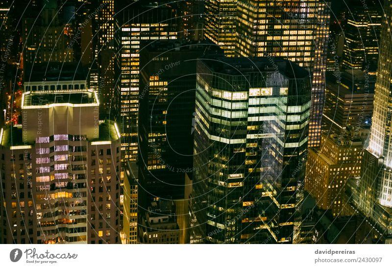 Wolkenkratzer-Fenster, die bei Nacht in Manhattan beleuchtet werden. Design Tapete Arbeitsplatz Büro Business Stadtzentrum Skyline Hochhaus Gebäude Architektur