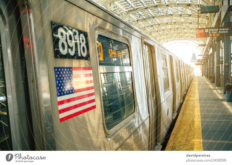 Der Zug hielt in der New Yorker U-Bahn-Station. Ferien & Urlaub & Reisen Tourismus Strand Insel Stadtzentrum Verkehr Eisenbahn Linie Fahne alt neu