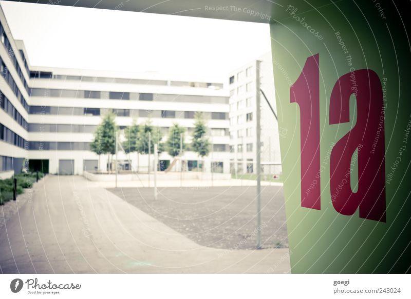 1a Himmel Baum Stadt grün Pflanze rot Haus Park Gebäude Architektur modern Sträucher Schriftzeichen Ziffern & Zahlen Häusliches Leben