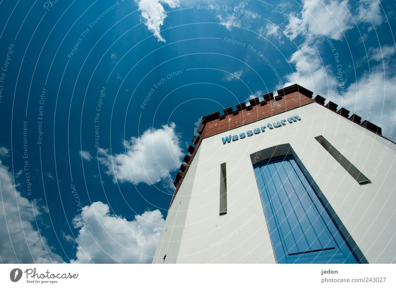 zwischen wasser und himmel. Himmel blau weiß Wolken Architektur Gebäude Tür Zufriedenheit hoch Tourismus Turm einfach Bauwerk Skyline Tor Aussicht