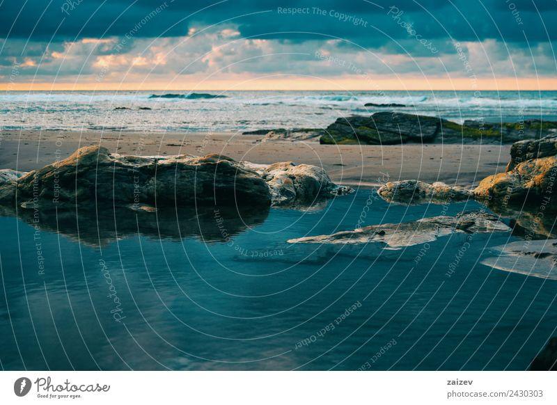 Strand mit Felsen und Pfütze im Sonnenuntergang, Ribadeo, Lugo, Galizien, Spanien exotisch Ferien & Urlaub & Reisen Tourismus Meer Insel Wellen Natur Landschaft