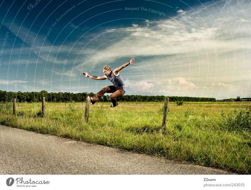 schäfchen Lifestyle elegant Stil Mensch maskulin 1 18-30 Jahre Jugendliche Erwachsene Umwelt Natur Landschaft Himmel Sonnenlicht T-Shirt blond fliegen laufen
