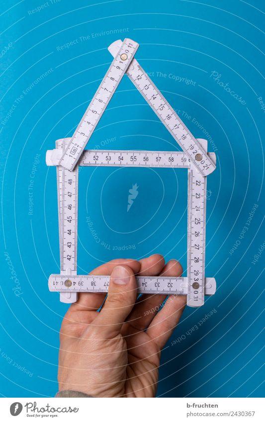 Hausbau - Zollstock - Planung Handwerker Baustelle Werkzeug Maßband Mann Erwachsene Finger bauen gebrauchen festhalten blau weiß Strukturen & Formen planen