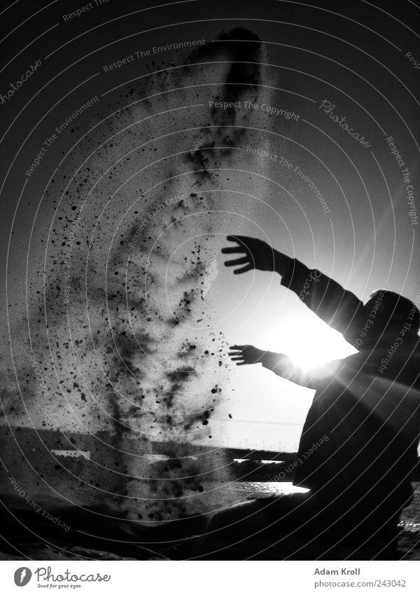 Zauberei Freude Freiheit Sommer Strand Flussufer Erholung Freizeit & Hobby Kreativität Schwarzweißfoto Außenaufnahme Experiment Kontrast Sonnenstrahlen