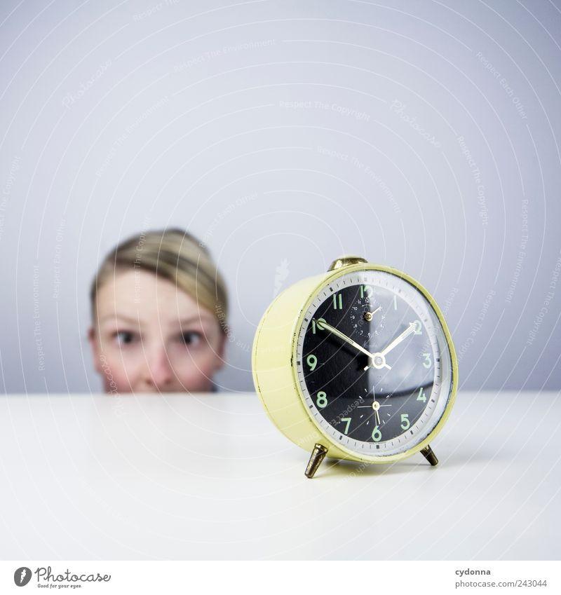 Plötzlich hellwach Mensch Jugendliche Erwachsene Gesicht Leben Freiheit Stil träumen Zeit Angst Beginn Uhr planen Tisch Lifestyle Pause