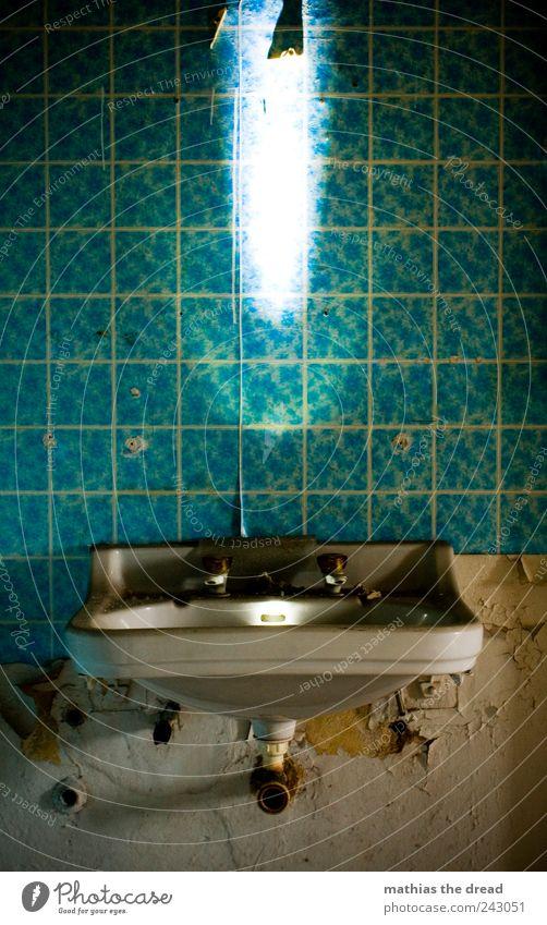 ERSCHEINUNG V alt blau dunkel Wand Gebäude Mauer hell dreckig ästhetisch authentisch außergewöhnlich leuchten Bad Bauwerk Fabrik gruselig