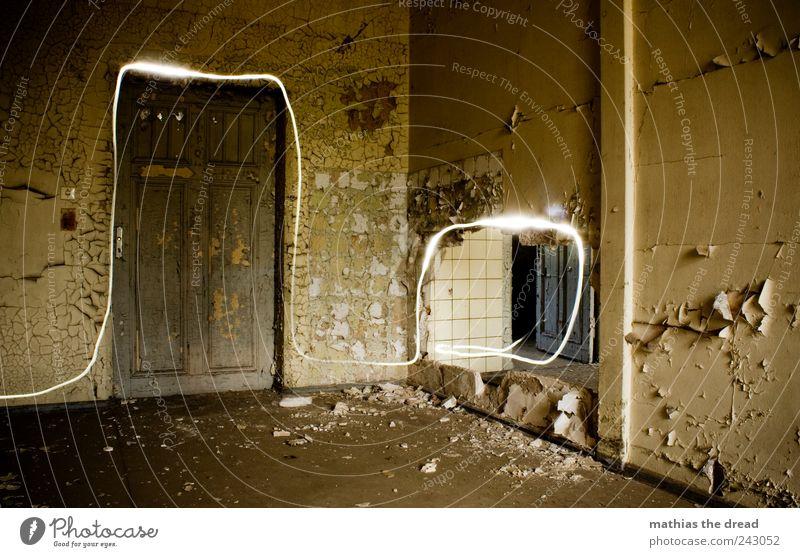 ERSCHEINUNG VI alt schön ruhig dunkel Wand Gebäude Mauer Linie hell Tür dreckig ästhetisch außergewöhnlich leuchten trist einzigartig