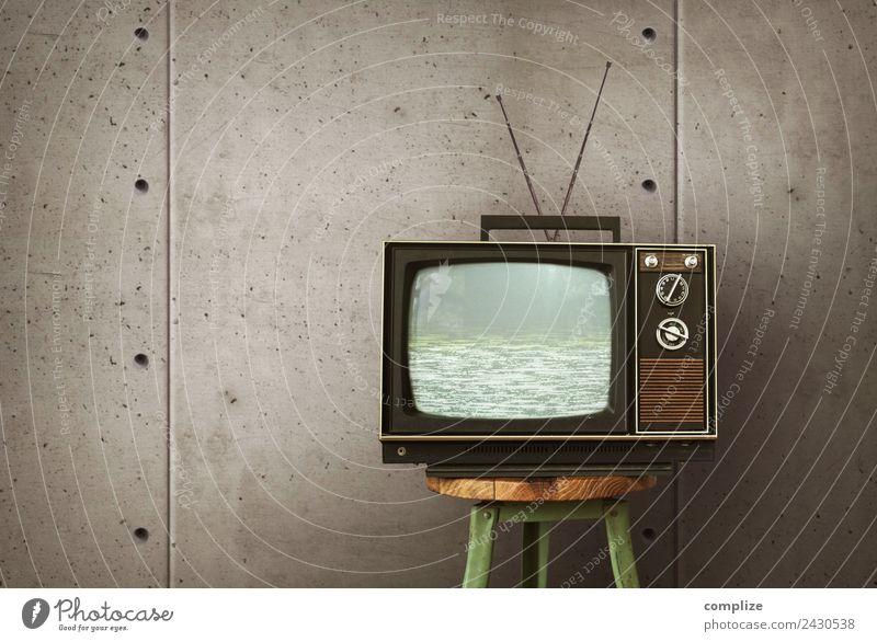 Vintage Fernseher auf Hocker vor Betonwand Lifestyle Stil Häusliches Leben Wohnung einrichten Innenarchitektur Dekoration & Verzierung Raum Entertainment