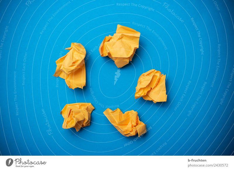 gelbe Papierkugeln auf blauem Hintergrund Büroarbeit Arbeitsplatz Zettel Kugel Partnerschaft Business Idee innovativ Inspiration Netzwerk planen Teamwork