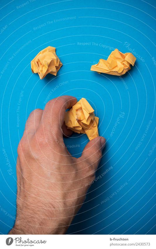 Papierkugeln Büroarbeit Mann Erwachsene Hand Finger Zettel Arbeit & Erwerbstätigkeit gebrauchen festhalten lernen blau gelb Ärger Business Freude Idee innovativ