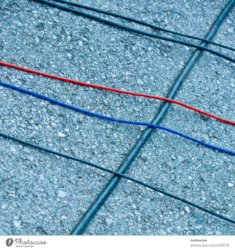 verkabelt Handwerker Kabel Technik & Technologie Telekommunikation Straße grau Asphalt Ordnung Farbfoto Außenaufnahme Menschenleer