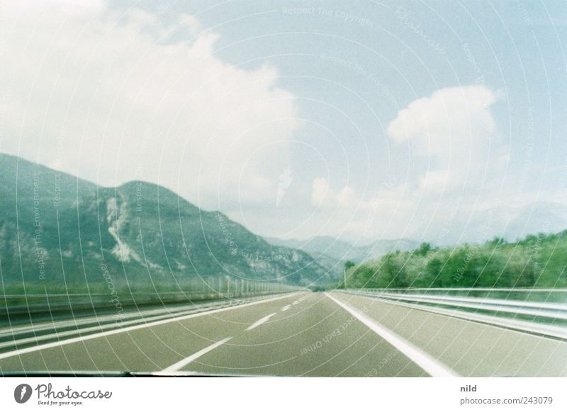 Autostrada Himmel Natur blau grün Ferien & Urlaub & Reisen Sommer Wolken Ferne Landschaft Straße Berge u. Gebirge Freiheit grau Bewegung Horizont Wetter