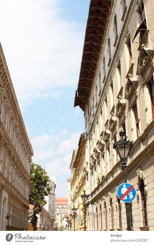 Budapest Himmel Stadt Wolken hell Architektur Schilder & Markierungen Hinweisschild historisch Stadtzentrum Schönes Wetter Straßenbeleuchtung Verbote Hauptstadt Altstadt Verkehrsschild