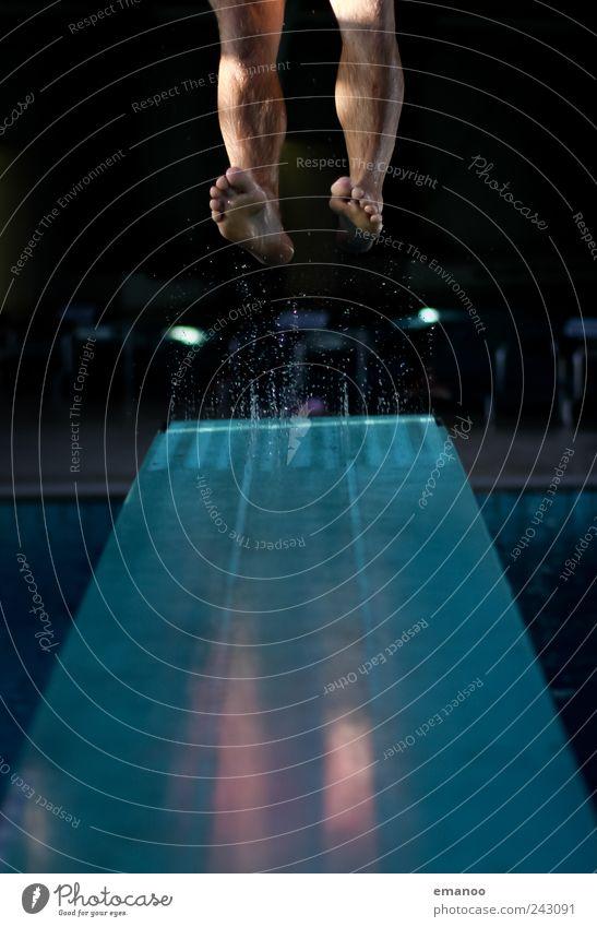 Den Absprung geschafft Mensch Mann Wasser Jugendliche Freude Leben Sport springen Stil Bewegung Fuß Erwachsene Kraft fliegen hoch maskulin