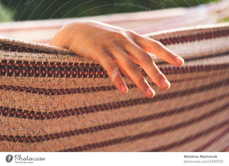 Relax Wellness Wohlgefühl Zufriedenheit Erholung ruhig Meditation Hand Finger 1 Mensch 18-30 Jahre Jugendliche Erwachsene Hängematte liegen schaukeln schlafen