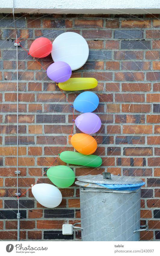 let`s party... Lifestyle Freude Feste & Feiern Jahrmarkt Haus Mauer Wand Fassade Blitzableiter Außensteckdose Luftballon Müllbehälter Stein Metall Kunststoff