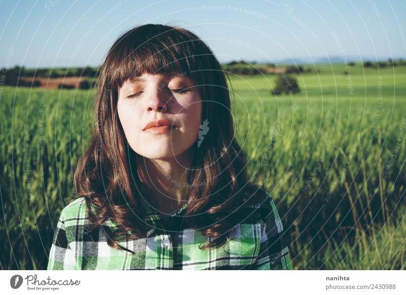 Junge Frau, die in der Natur meditiert. Lifestyle Stil schön Gesicht Gesundheit Wellness harmonisch Wohlgefühl Sinnesorgane Erholung Meditation Mensch feminin