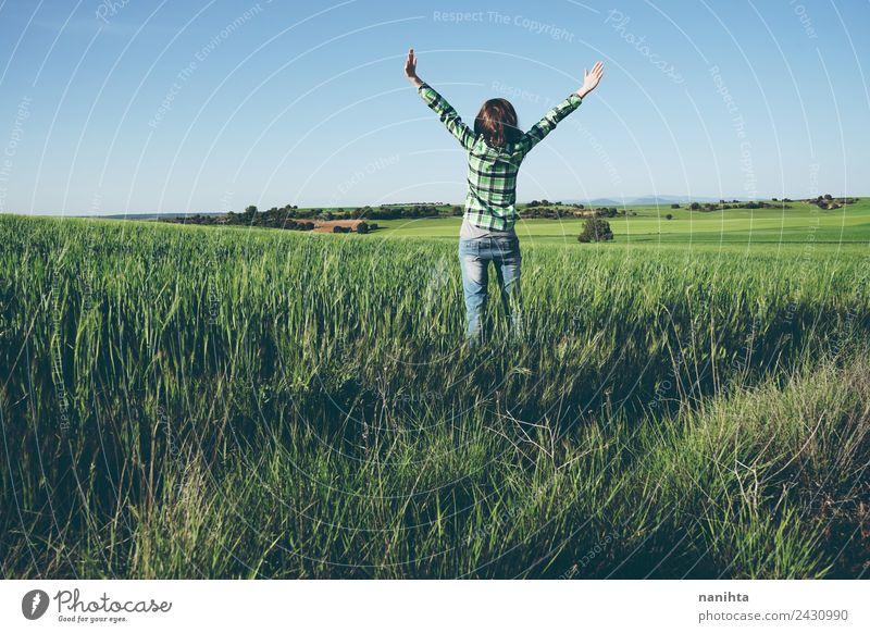 Mensch Himmel Natur Ferien & Urlaub & Reisen Jugendliche Junge Frau schön grün Freude Ferne 18-30 Jahre Erwachsene Lifestyle Leben Gesundheit Umwelt