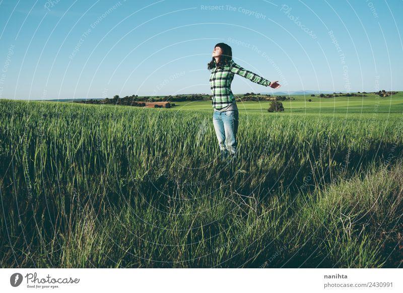 Junge Frau genießt den Tag auf einem Feld mit Grünflächen. Lifestyle Stil Freude Gesundheit Wellness Leben harmonisch Wohlgefühl Sinnesorgane