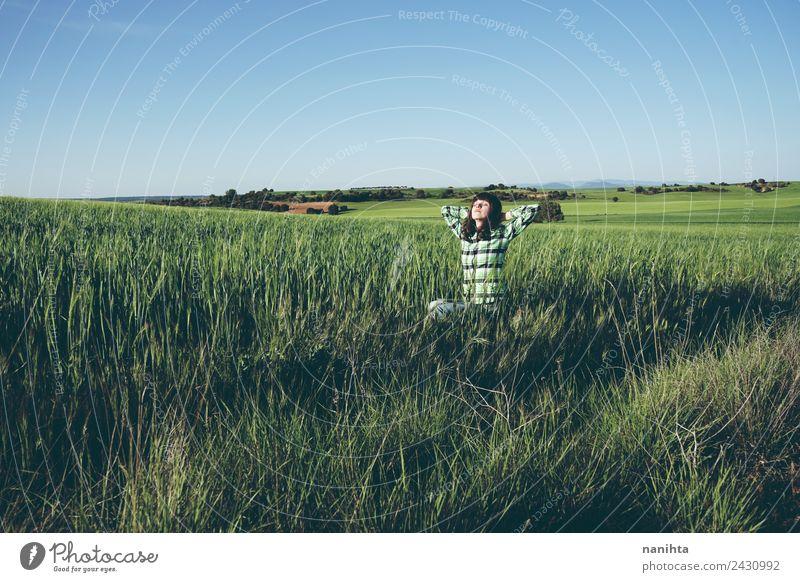 Junge Frau genießt den Tag auf der grünen Wiese Lifestyle Stil Freude Gesundheit Wellness harmonisch Wohlgefühl Sinnesorgane Erholung Ferien & Urlaub & Reisen