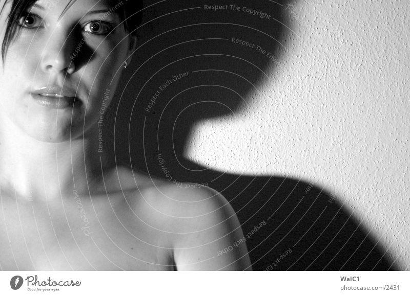 Die Schattenseite Frau weiß schwarz Gesicht Haare & Frisuren Frauenbrust Dame Hals Unterwäsche lasziv