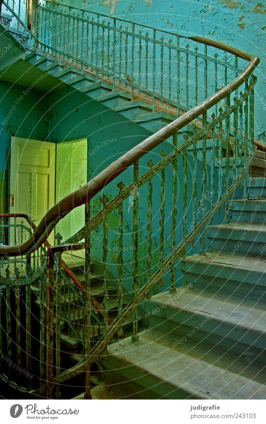 Heilstätte Haus Mauer Wand Treppe Tür gruselig blau Stimmung Vergänglichkeit Wandel & Veränderung Geländer Farbfoto Außenaufnahme Innenaufnahme Tag